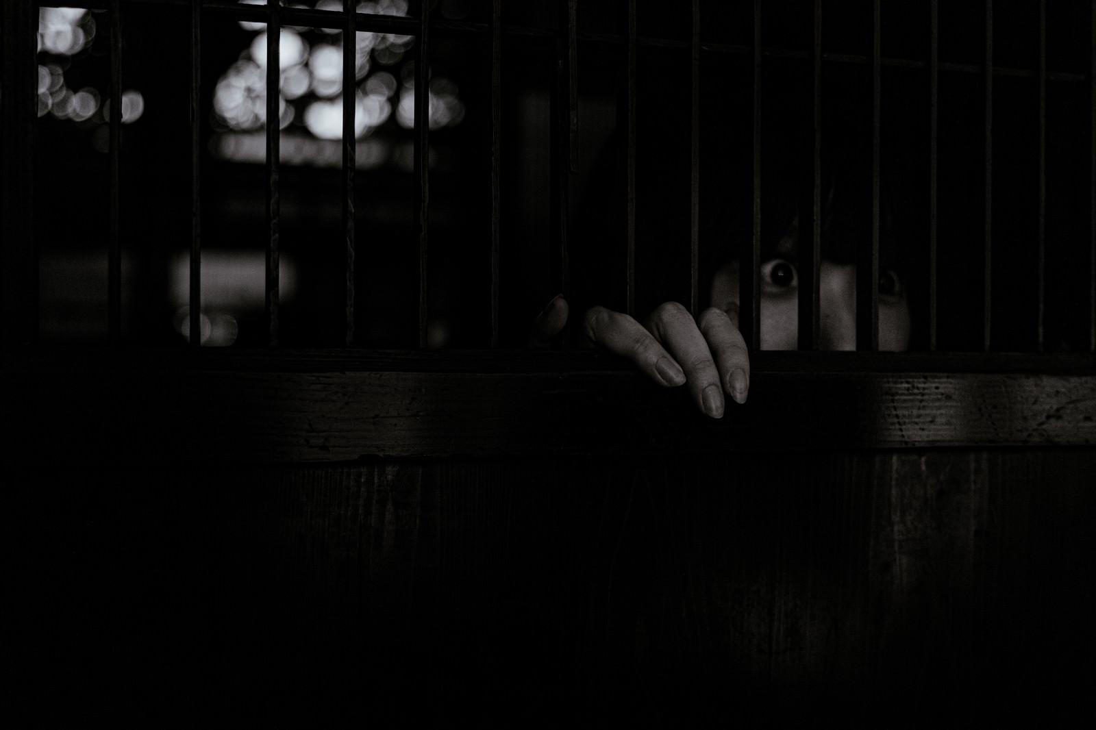 「身を潜め惨劇を目の当たりにする女性の様子」の写真[モデル:緋真煉]
