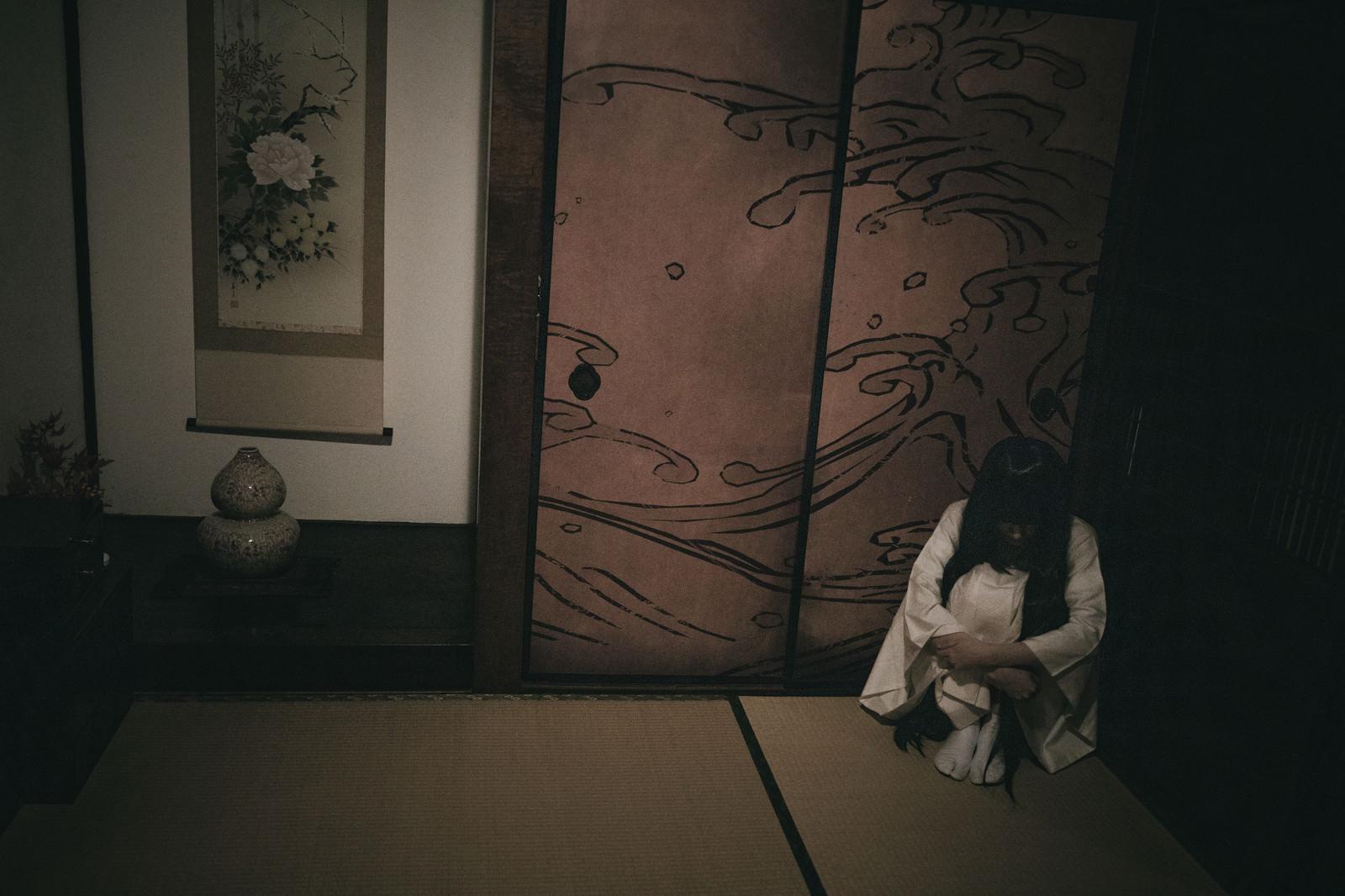 和室の隅っこにぼっち霊 無料の写真素材はフリー素材のぱくたそ