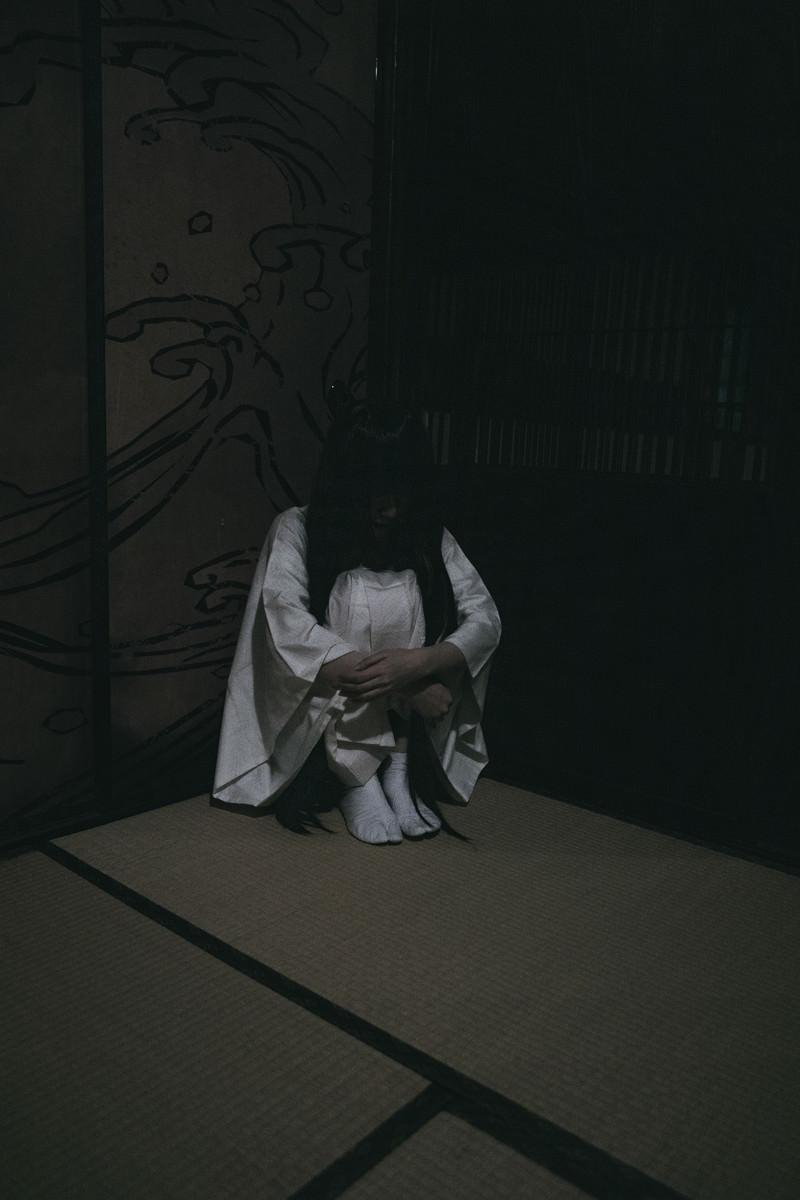 「すみっこ暗し」の写真[モデル:緋真煉]
