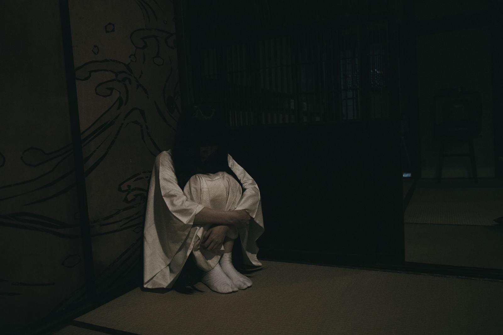 「暗い部屋でひとりぼっち女子」の写真[モデル:緋真煉]