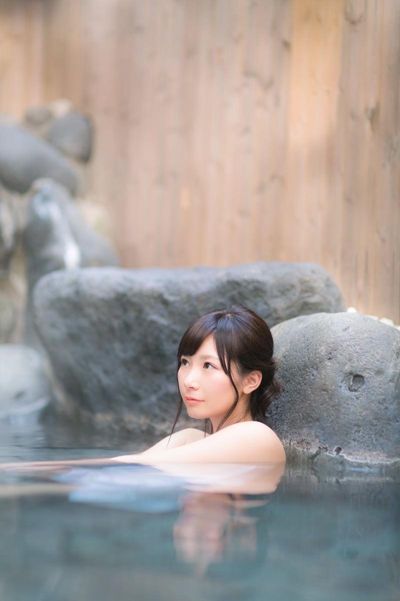 「露天風呂から「もうすぐでるよ!」と彼に呼びかける彼女」の写真[モデル:伊東里織]