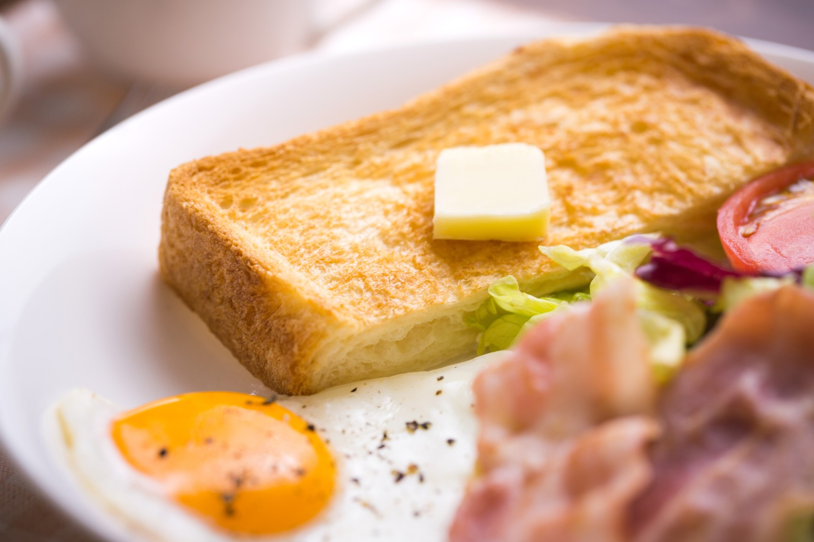 「バターが乗ったこんがり食パン」の写真