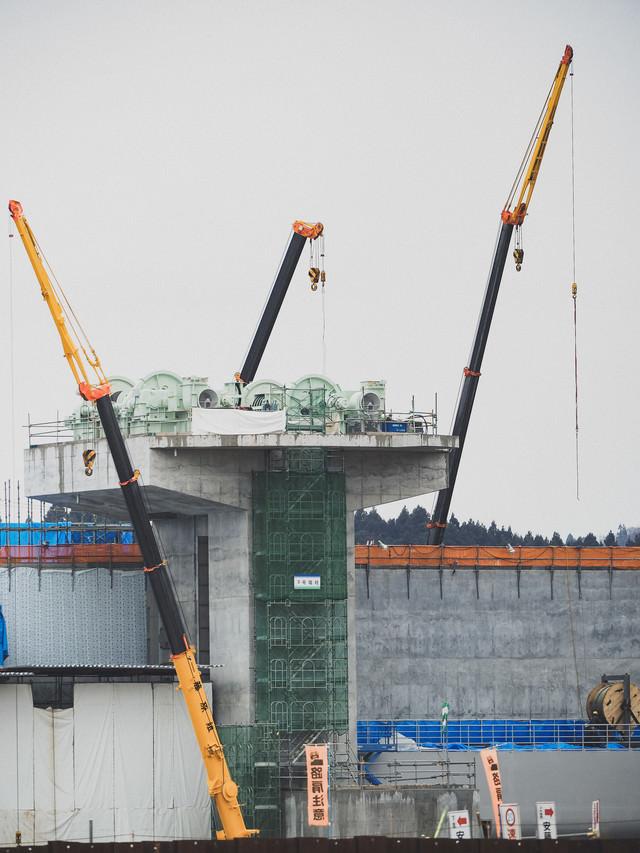 クレーンで建設中の気仙川水門の写真