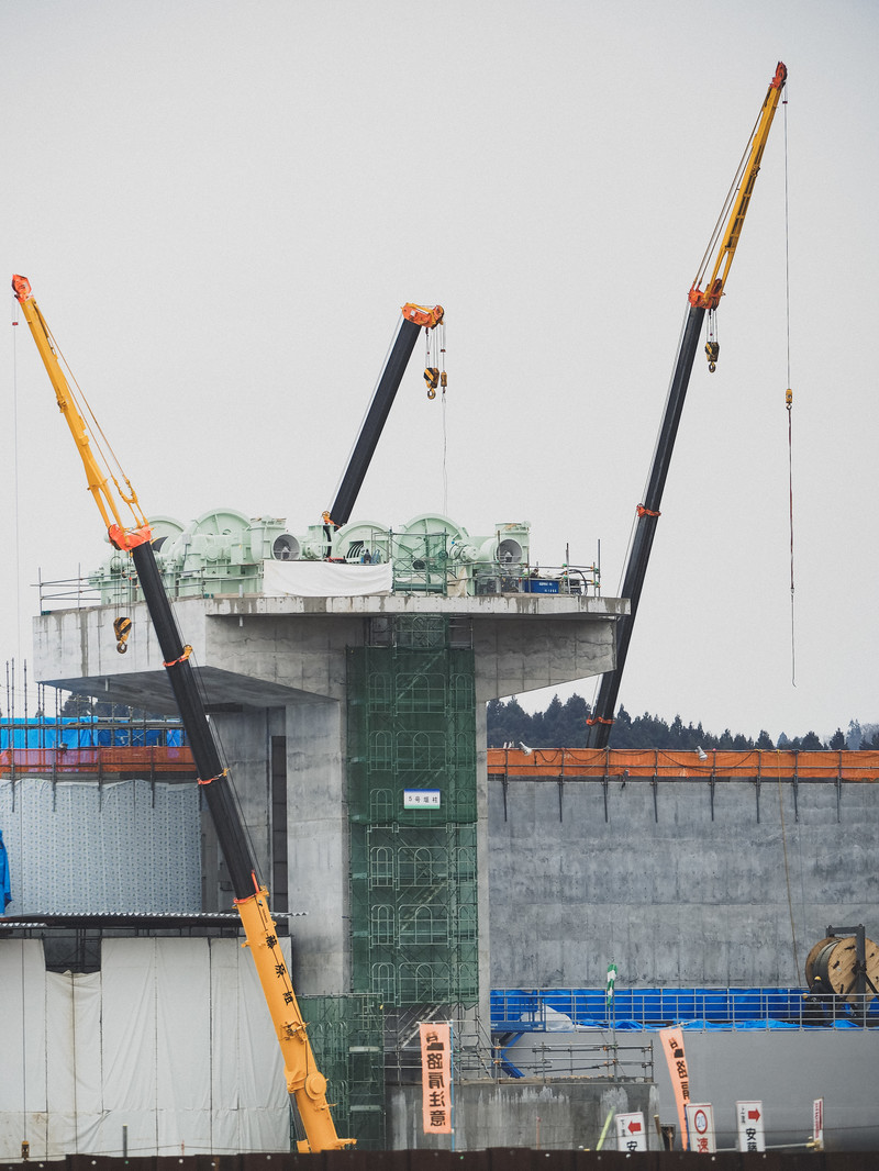 「クレーンで建設中の気仙川水門」の写真