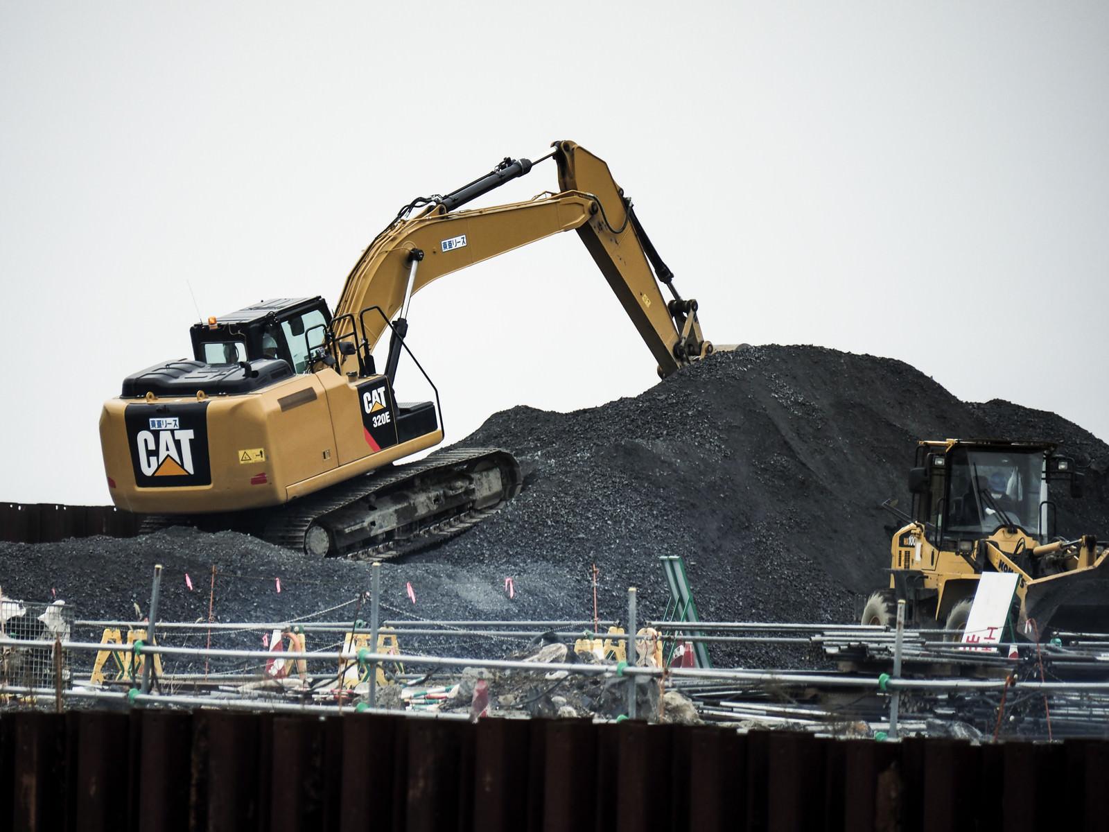 「土砂とショベルカー」の写真