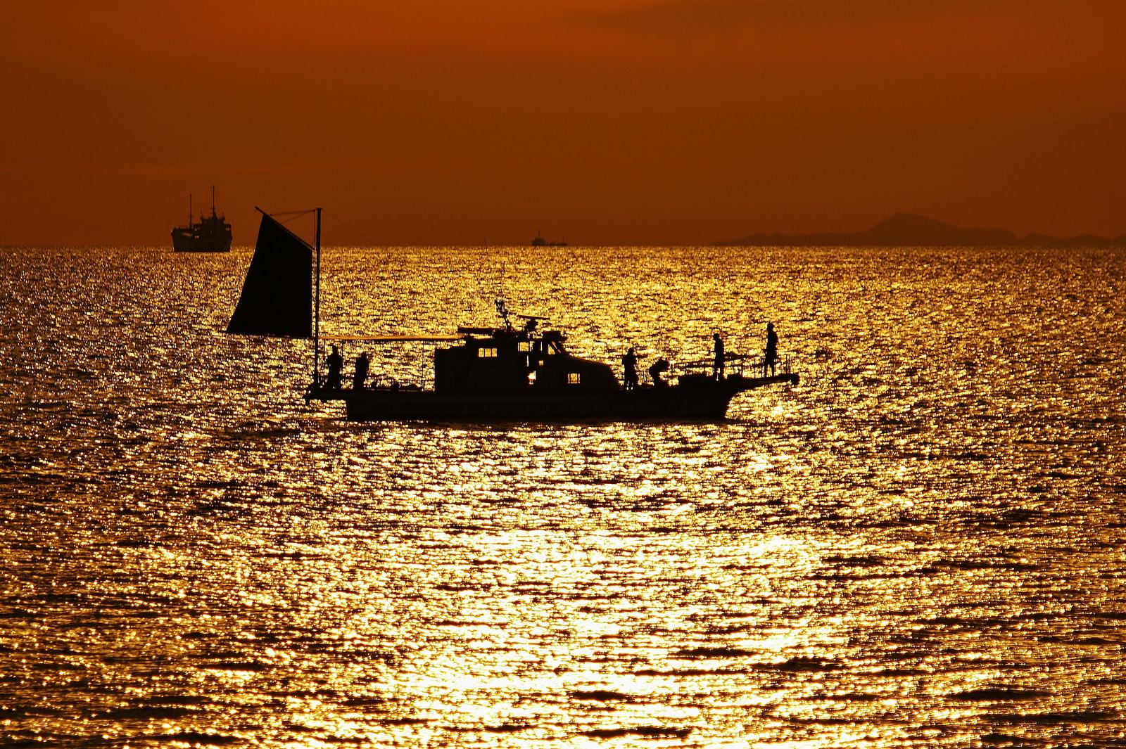 「夕焼けと船」の写真