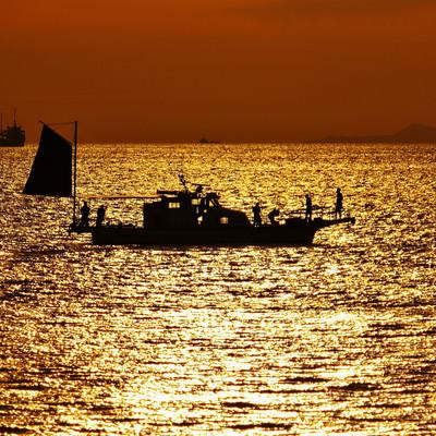 夕焼けと船の写真