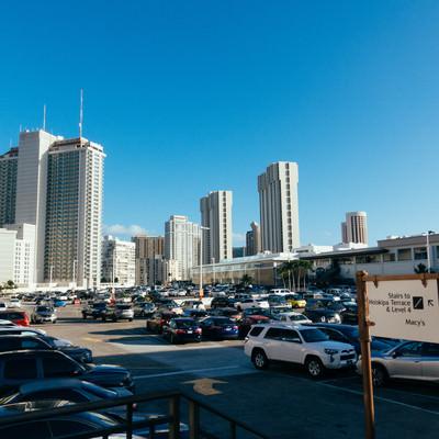 ショッピングセンターの駐車場の写真
