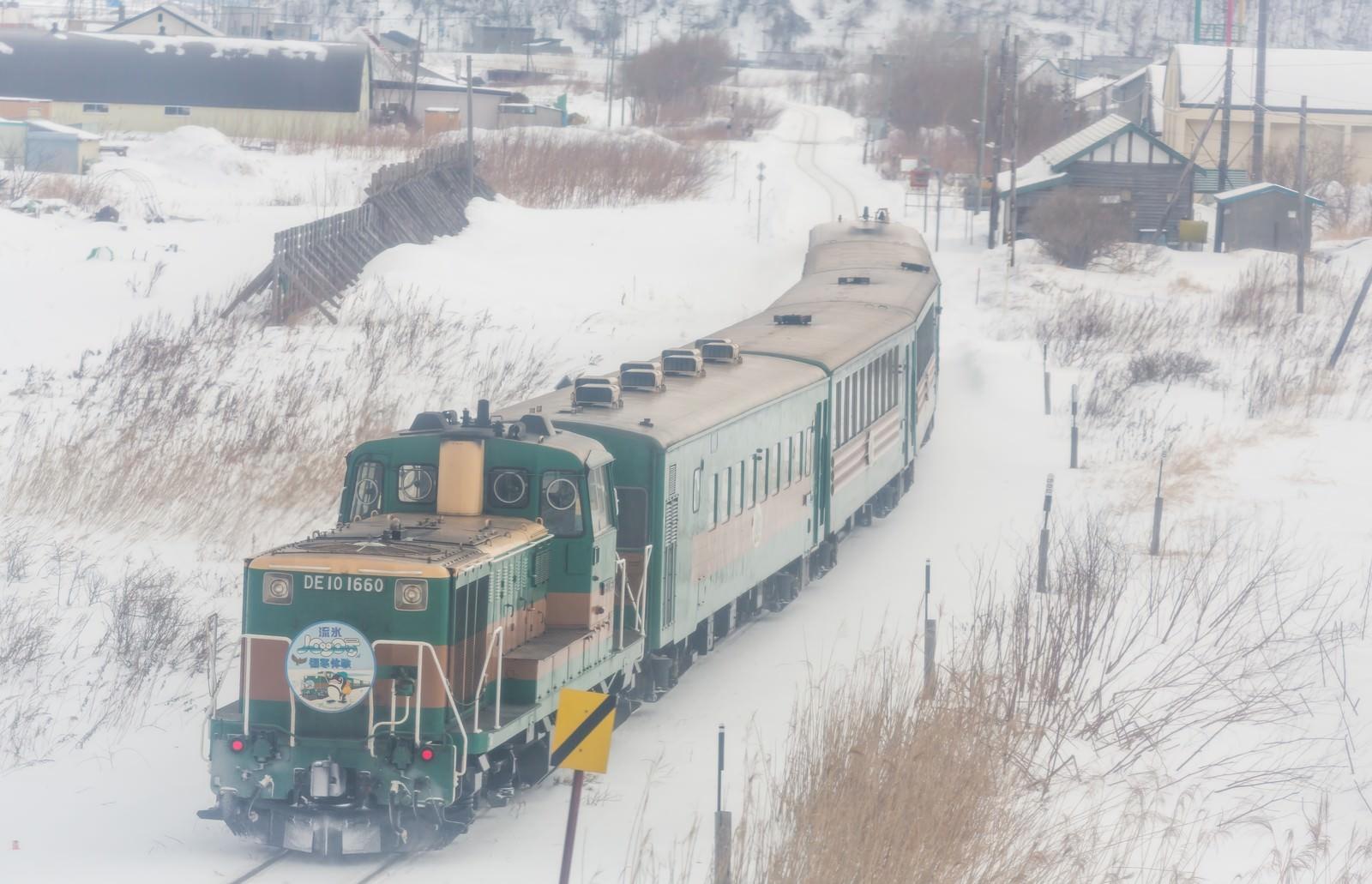 「雪の中を走る運輸車両雪の中を走る運輸車両」のフリー写真素材を拡大