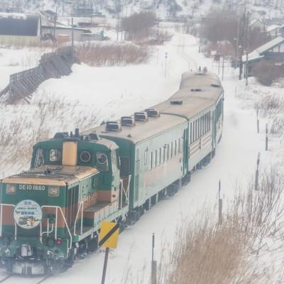 「雪の中を走る運輸車両」の写真素材