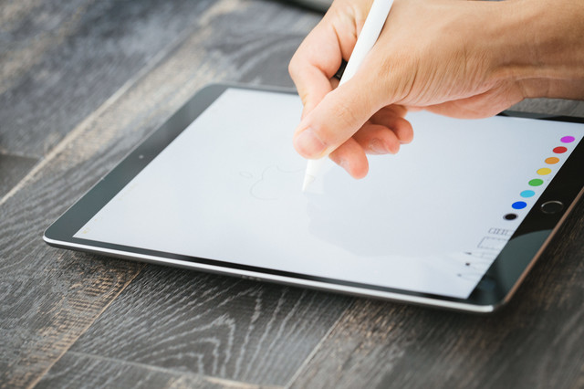 大画面のタブレットで絵を描くの写真