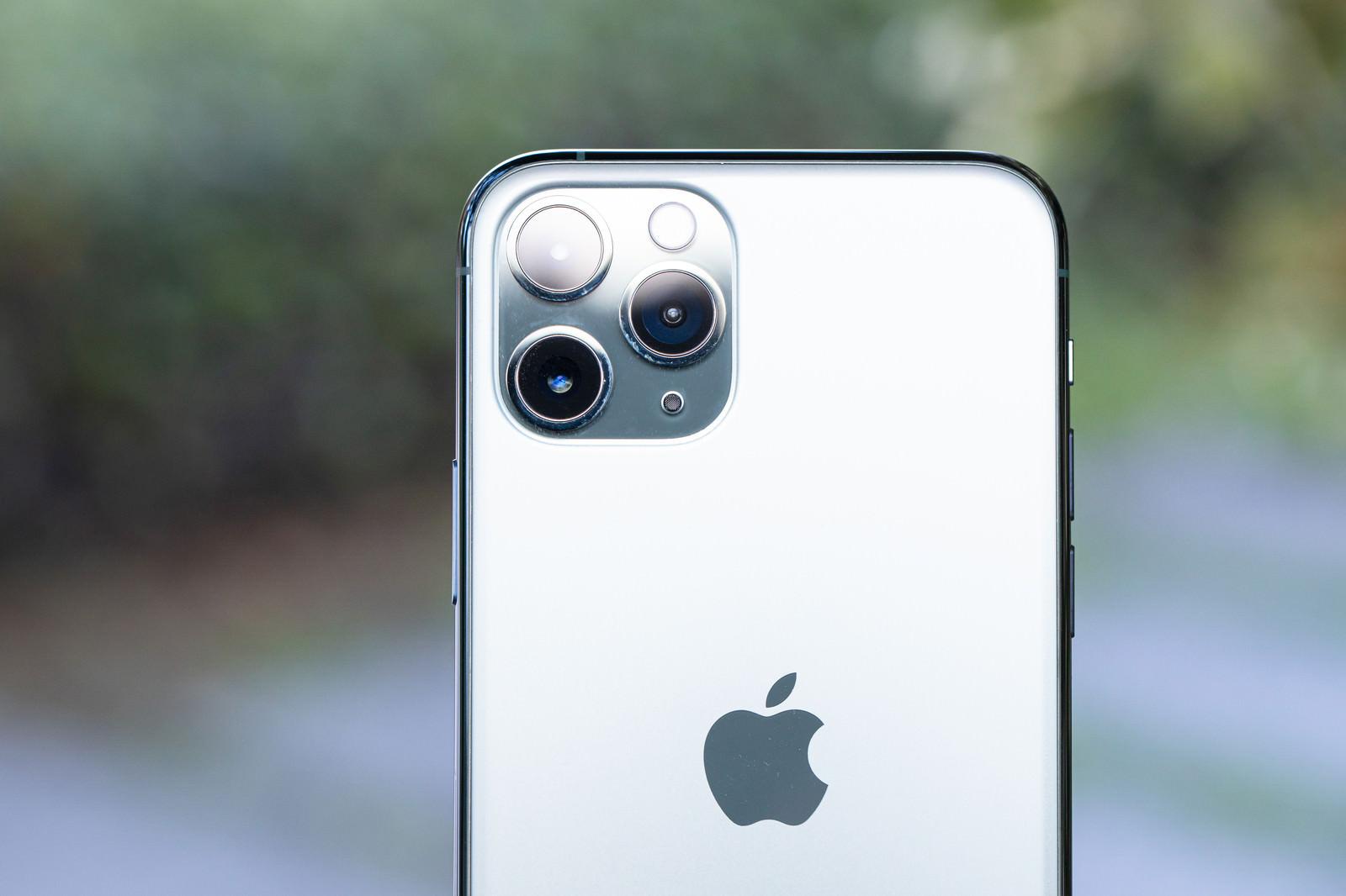 「iPhone 11 Pro の3眼カメラ」の写真