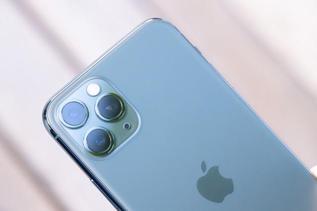iPhone 11 Pro ミッドナイトグリーンとトリプルカメラの写真