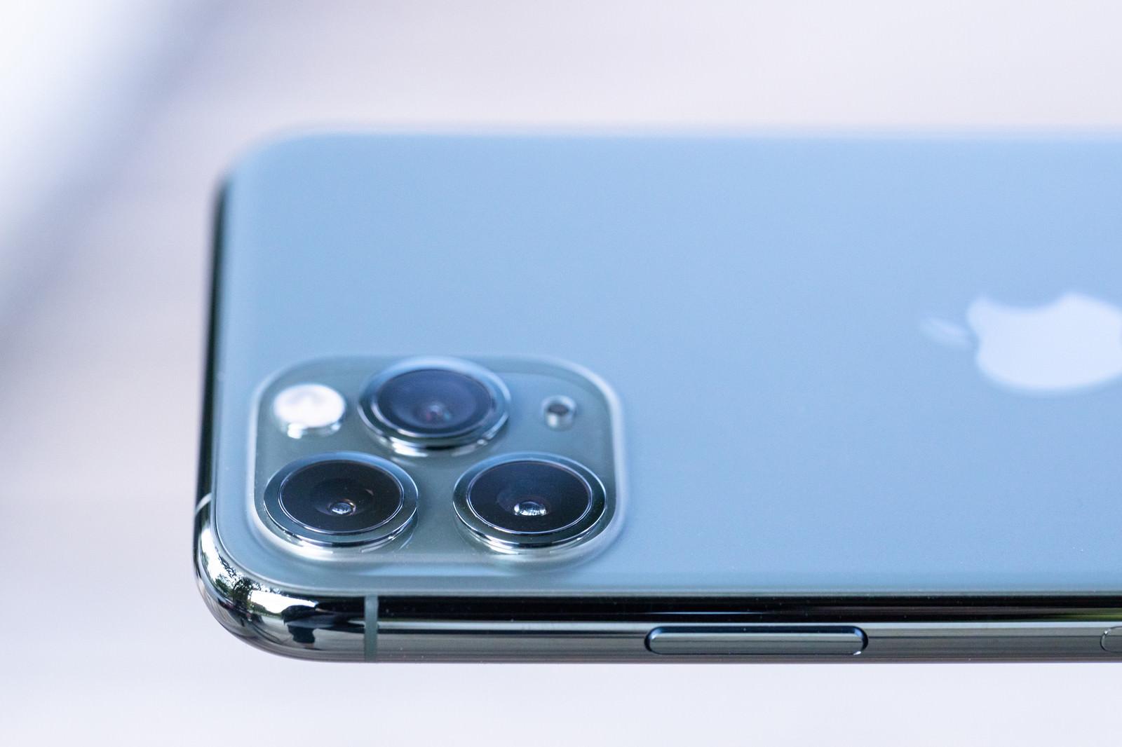 「トリプルカメラを側面から撮影(iPhone 11 Pro)」の写真