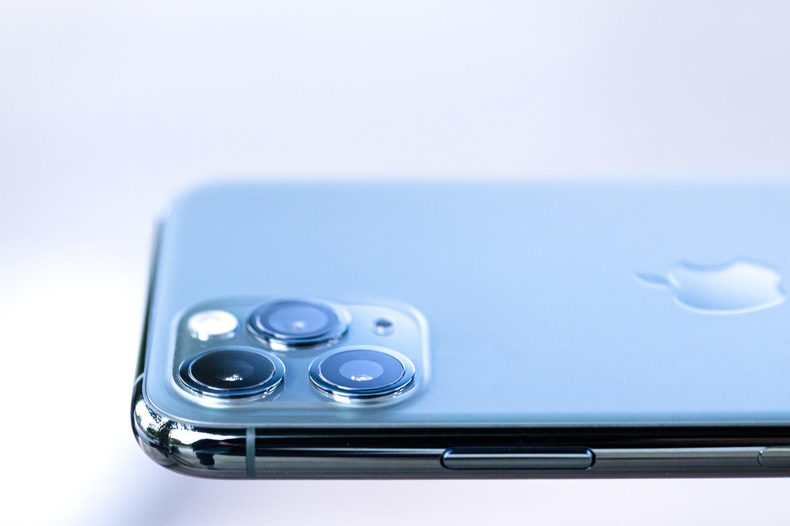 「美しい iPhone 11 Pro のトリプルカメラ」の写真