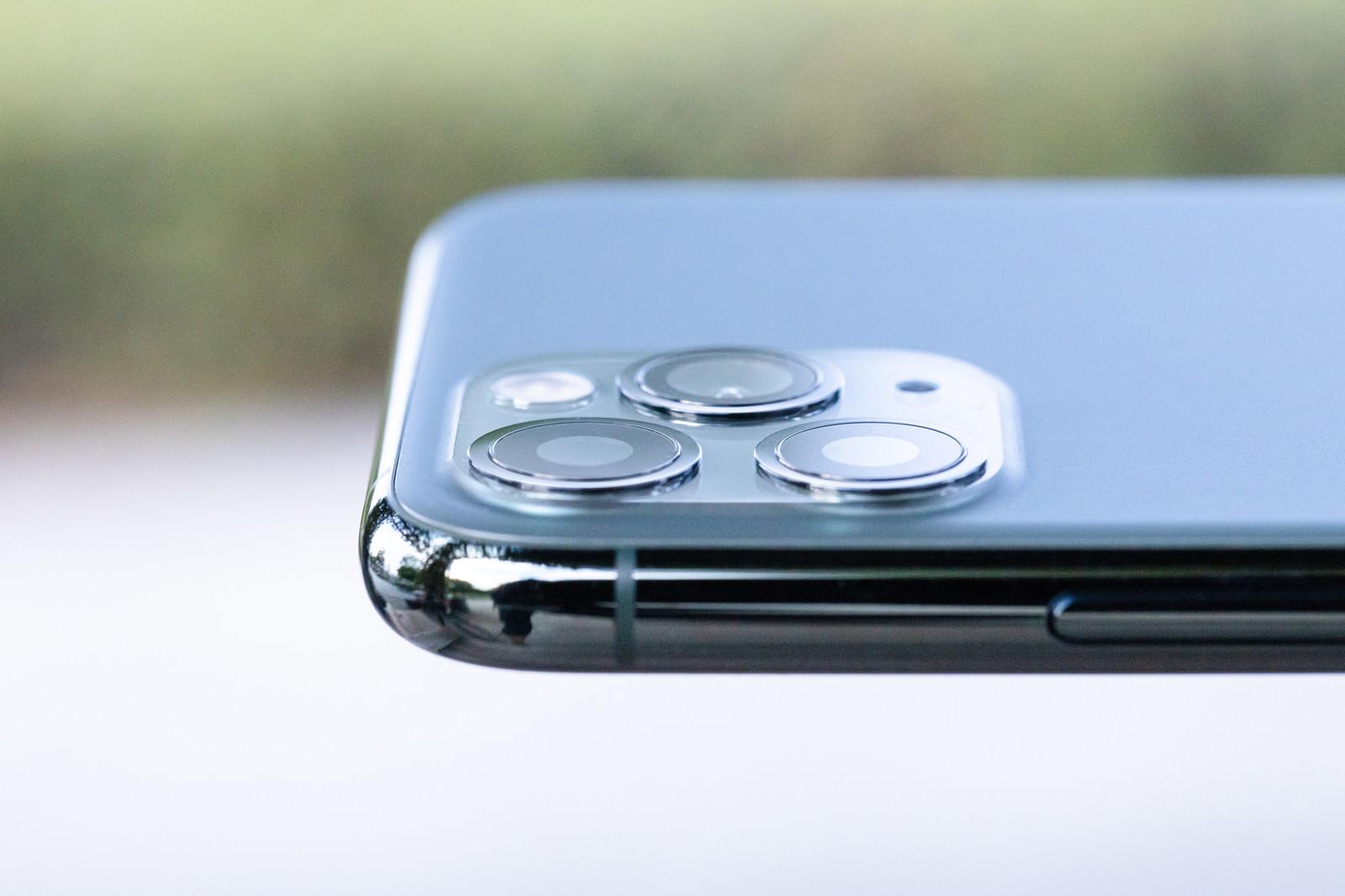 「iPhone 11 Pro の極薄カメラ部分」の写真