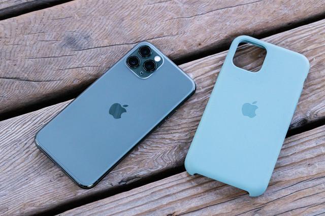 iPhone 11 Pro と純正シリコンケースの写真