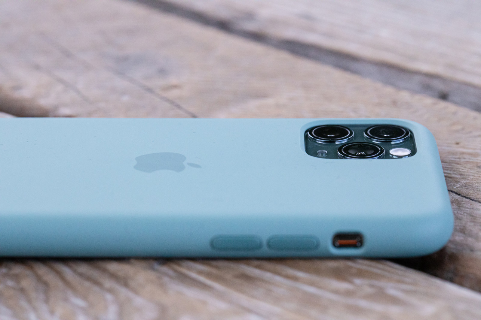 「iPhone 11 Pro の純正シリコンケースを装着」の写真