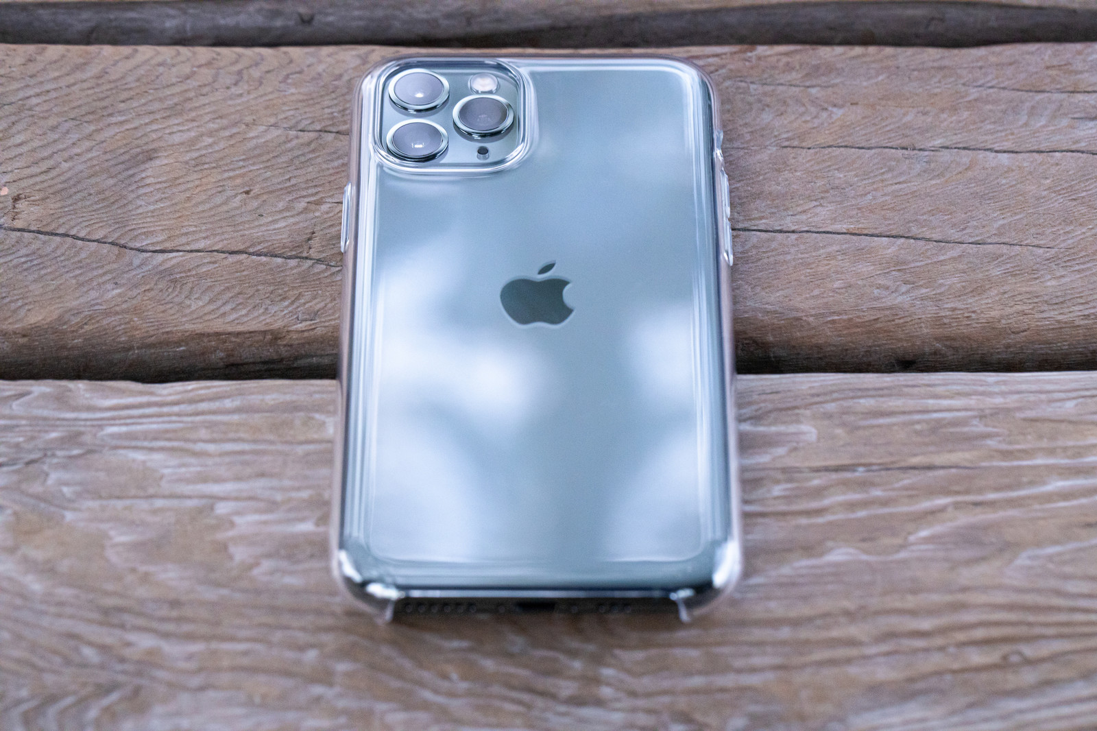 「iPhone 11 Proに純正クリアケースを装着」の写真