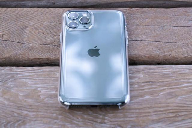 iPhone 11 Proに純正クリアケースを装着の写真
