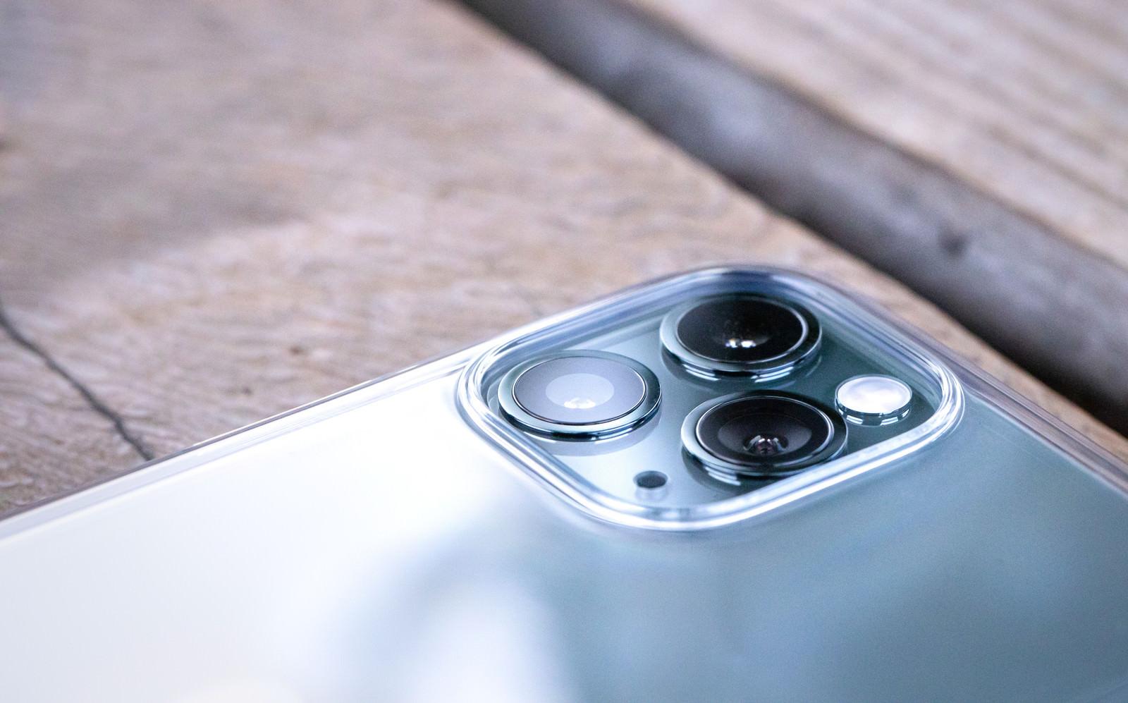 「超広角・広角・望遠の3つのカメラが搭載された iPhone 11 Pro」の写真