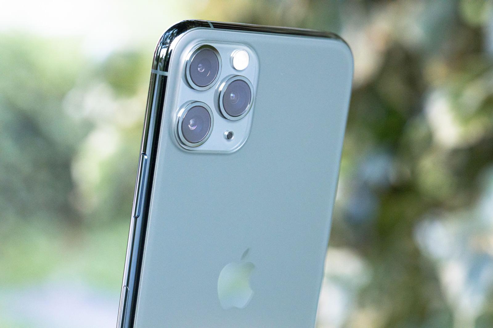 「iPhone 11 Pro(ミッドナイトグリーン)の3眼カメラ」の写真
