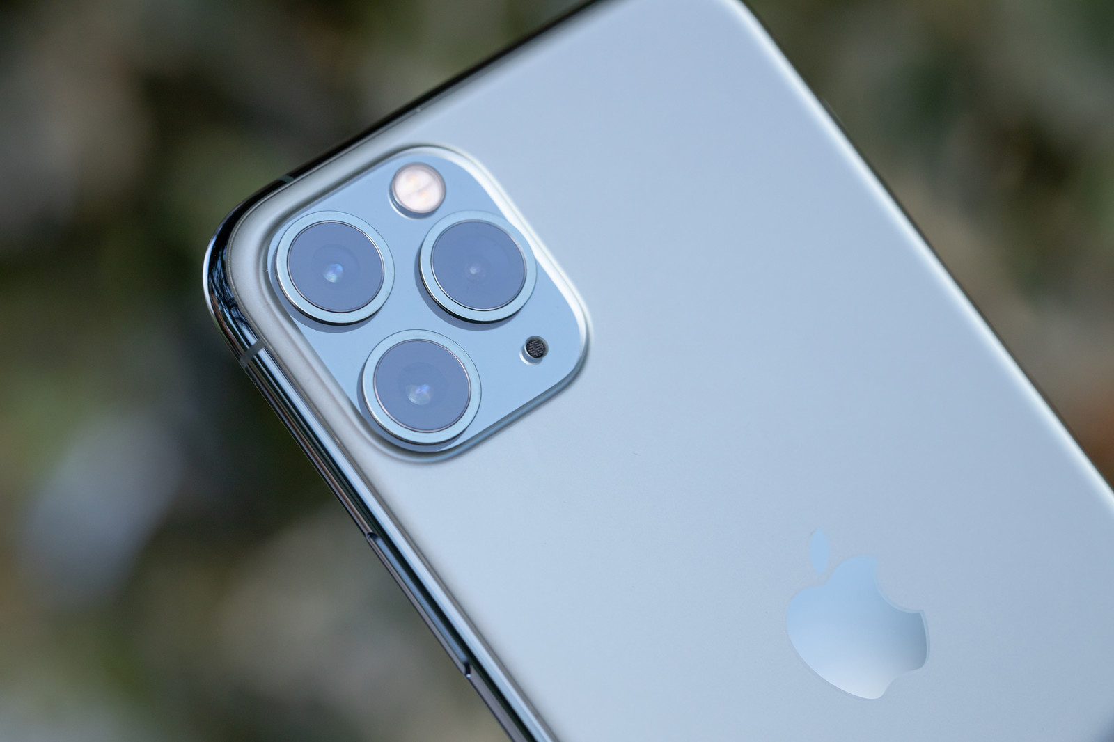 「iPhone11 のトリプルカメラ部分」の写真