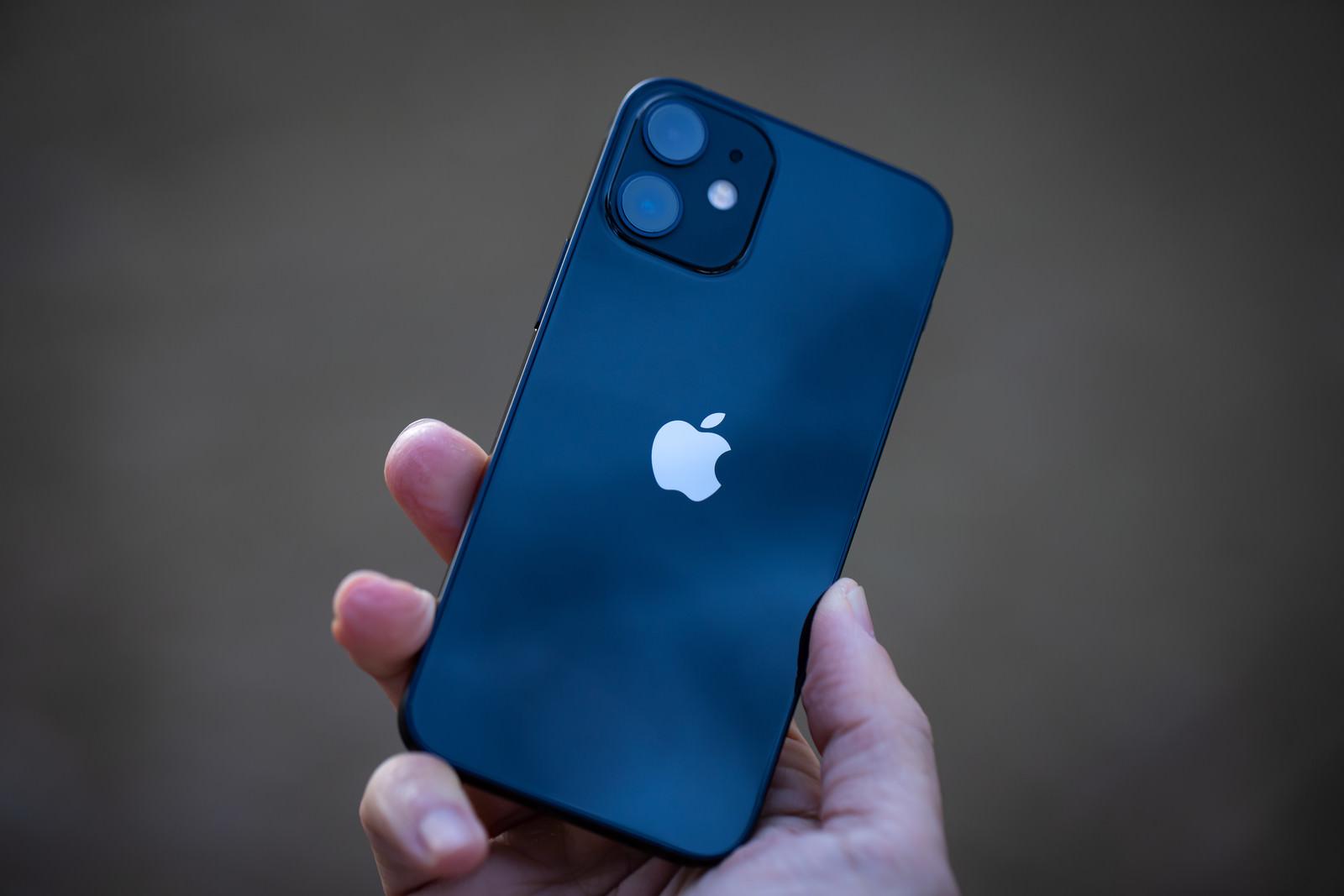 「うっすらと空が映り込む iPhone 12 の背面部分」の写真
