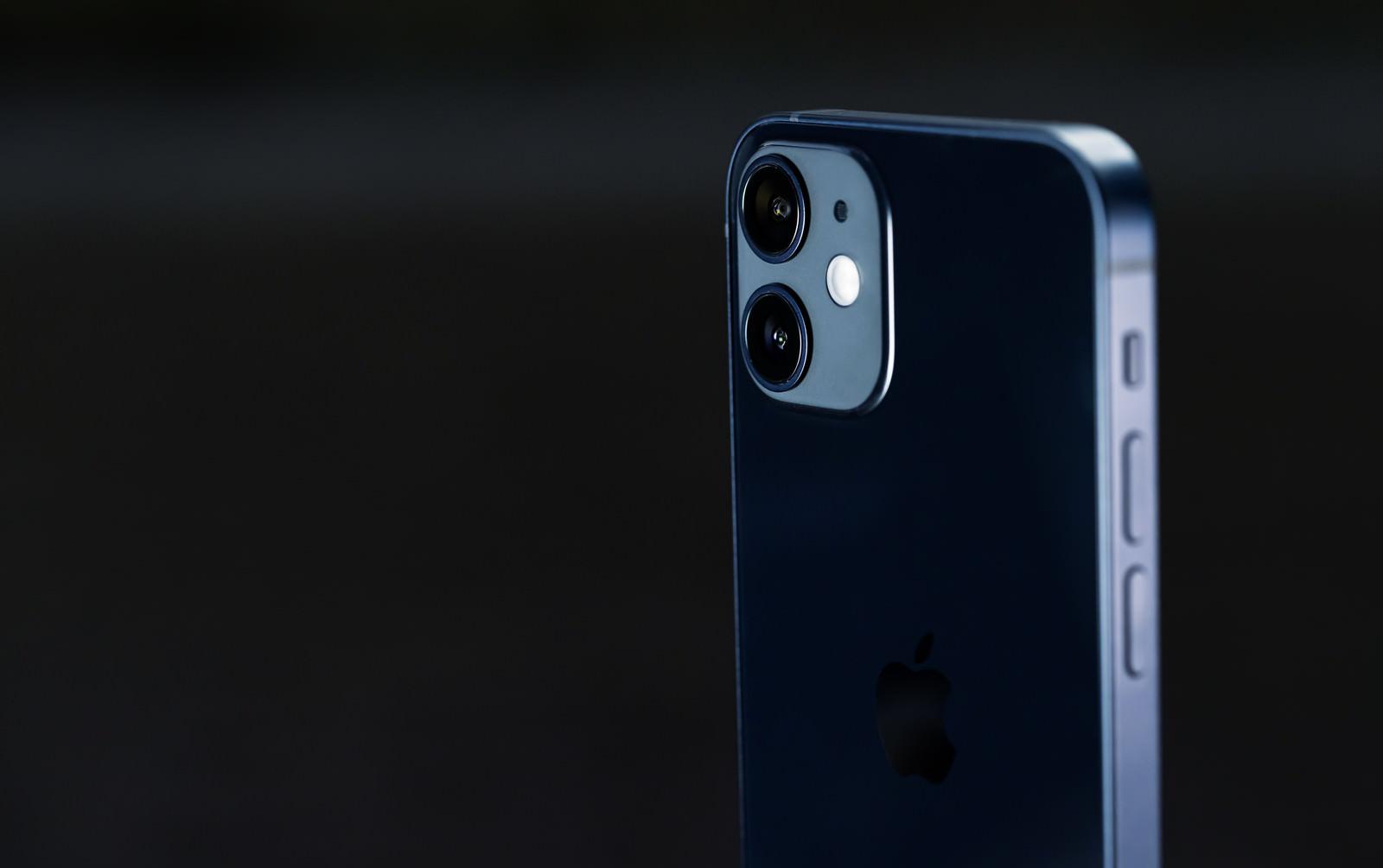 「暗闇に浮かび上がる iPhone 12」の写真