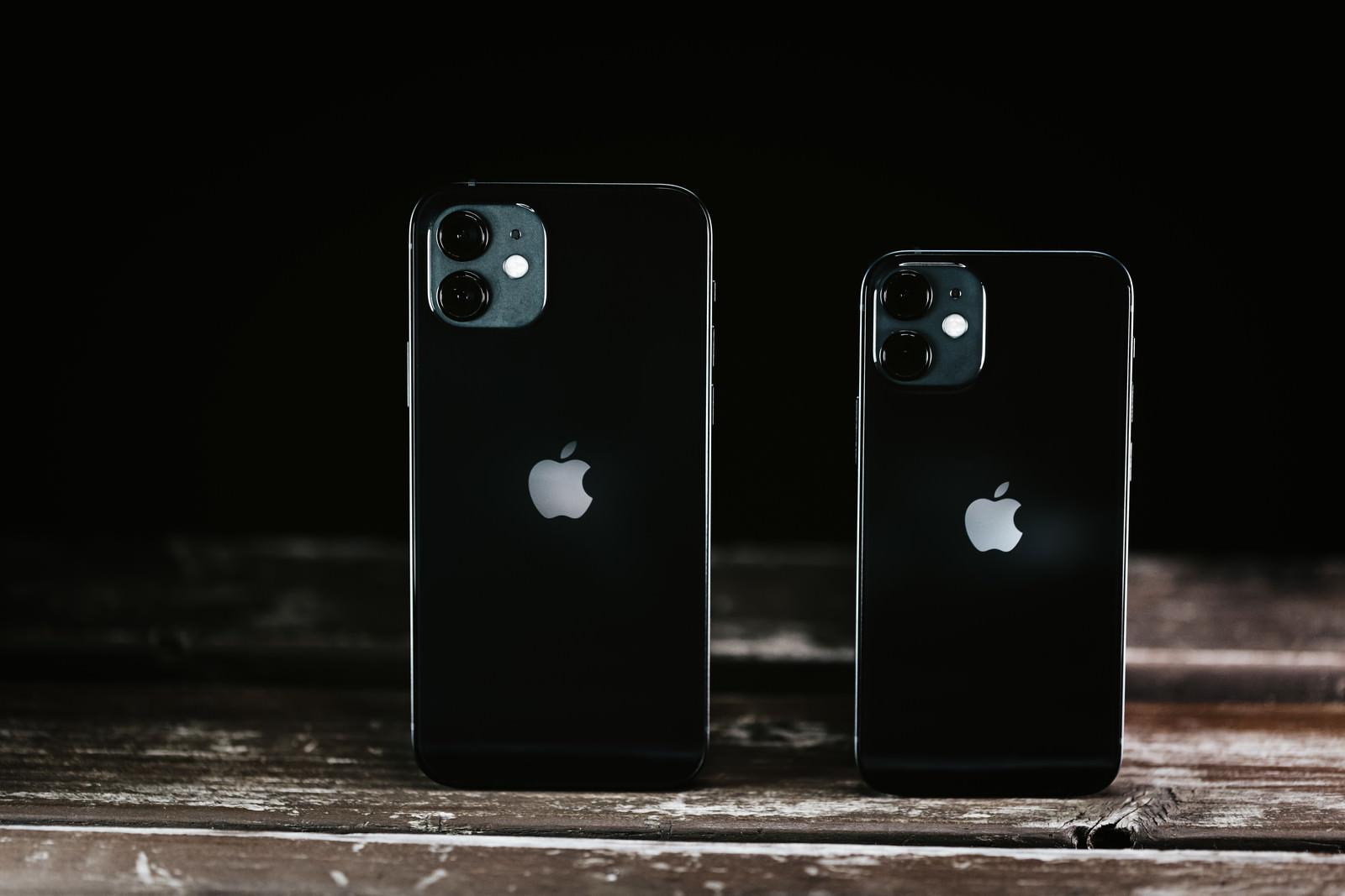 「並べた iPhone 12 と iPhone 12mini 」の写真