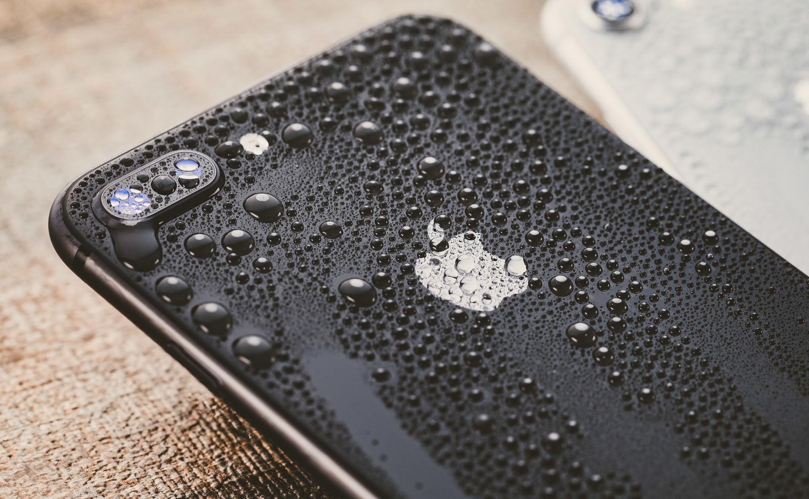 「防水性能(IP67相当)のスマートフォン防水性能(IP67相当)のスマートフォン」のフリー写真素材を拡大