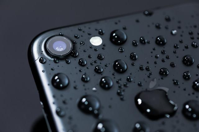 耐水性能が向上し多少の雨なら物ともしないスマートフォンの写真