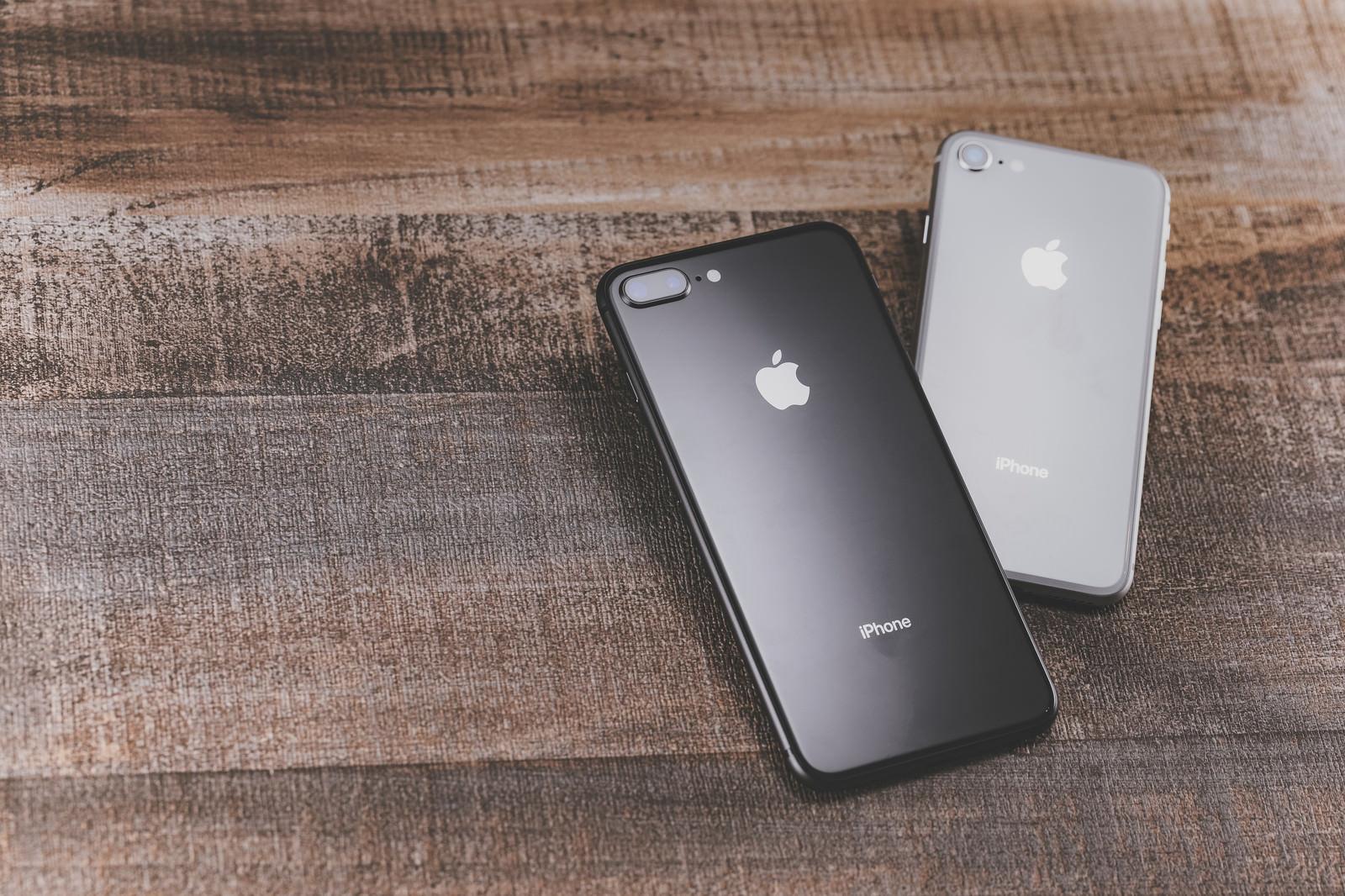 「ヴィンテージ感あるウッディーなテーブルに置かれたiPhoneヴィンテージ感あるウッディーなテーブルに置かれたiPhone」のフリー写真素材を拡大