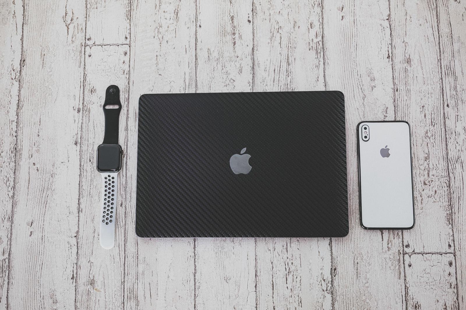 「マックブックとiPhone」の写真