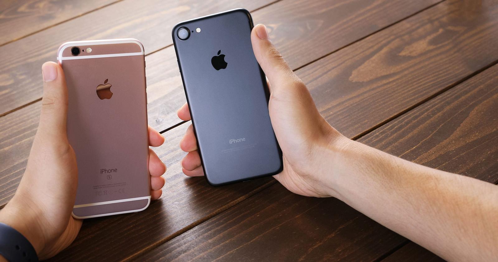 「新しいスマートフォンと実機比較する様子」の写真