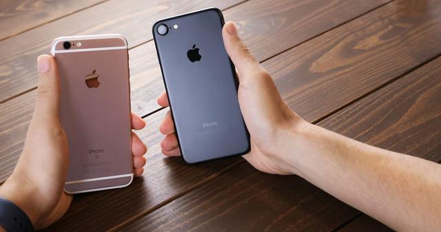 新しいスマートフォンと実機比較する様子の写真