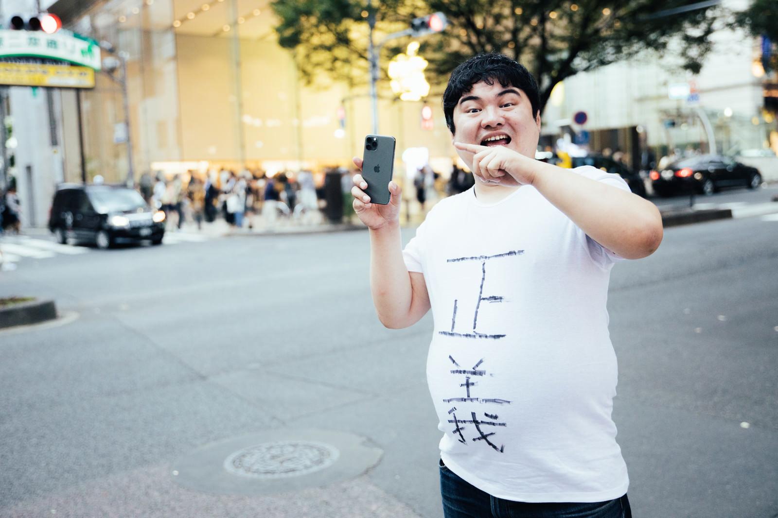 「「iPhoneを買うなら絶対Apple Storeだ!Apple Storeの体験こそ至高」と強制するApple直営店大好きマン」の写真[モデル:段田隼人]