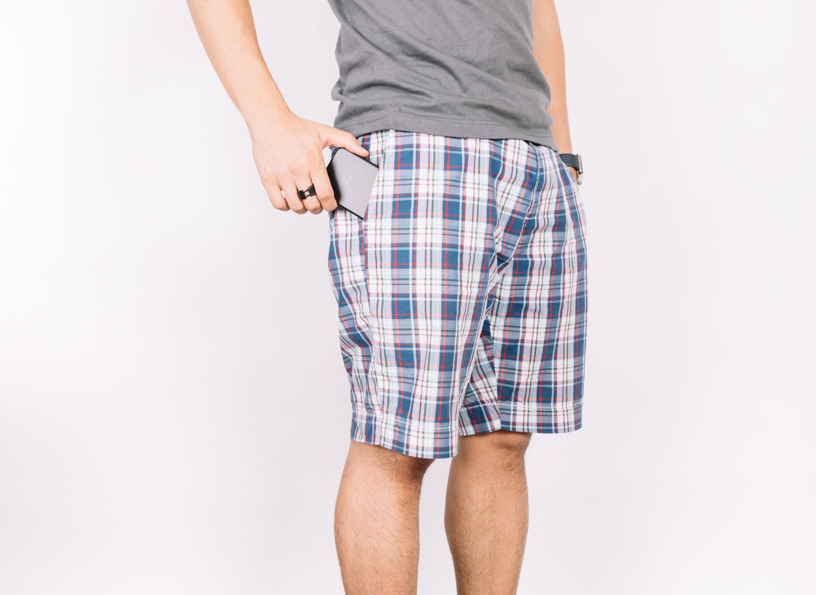 「大きすぎないスマホはポケットにちょうどいい大きすぎないスマホはポケットにちょうどいい」のフリー写真素材を拡大