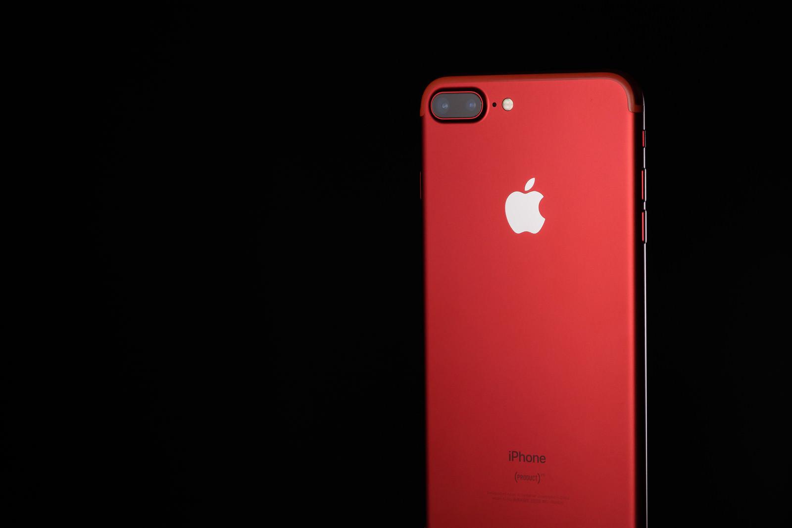「高級感のある真っ赤なスマートフォン」の写真