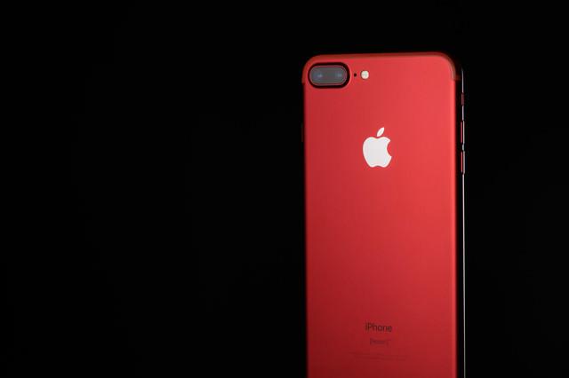 「高級感のある真っ赤なスマートフォン」のフリー写真素材