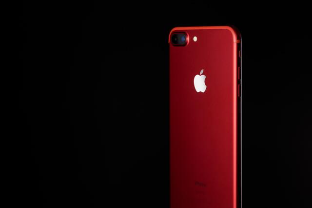 エイズ対策プログラムの支援で発売された赤いカラーモデルのスマートフォンの写真
