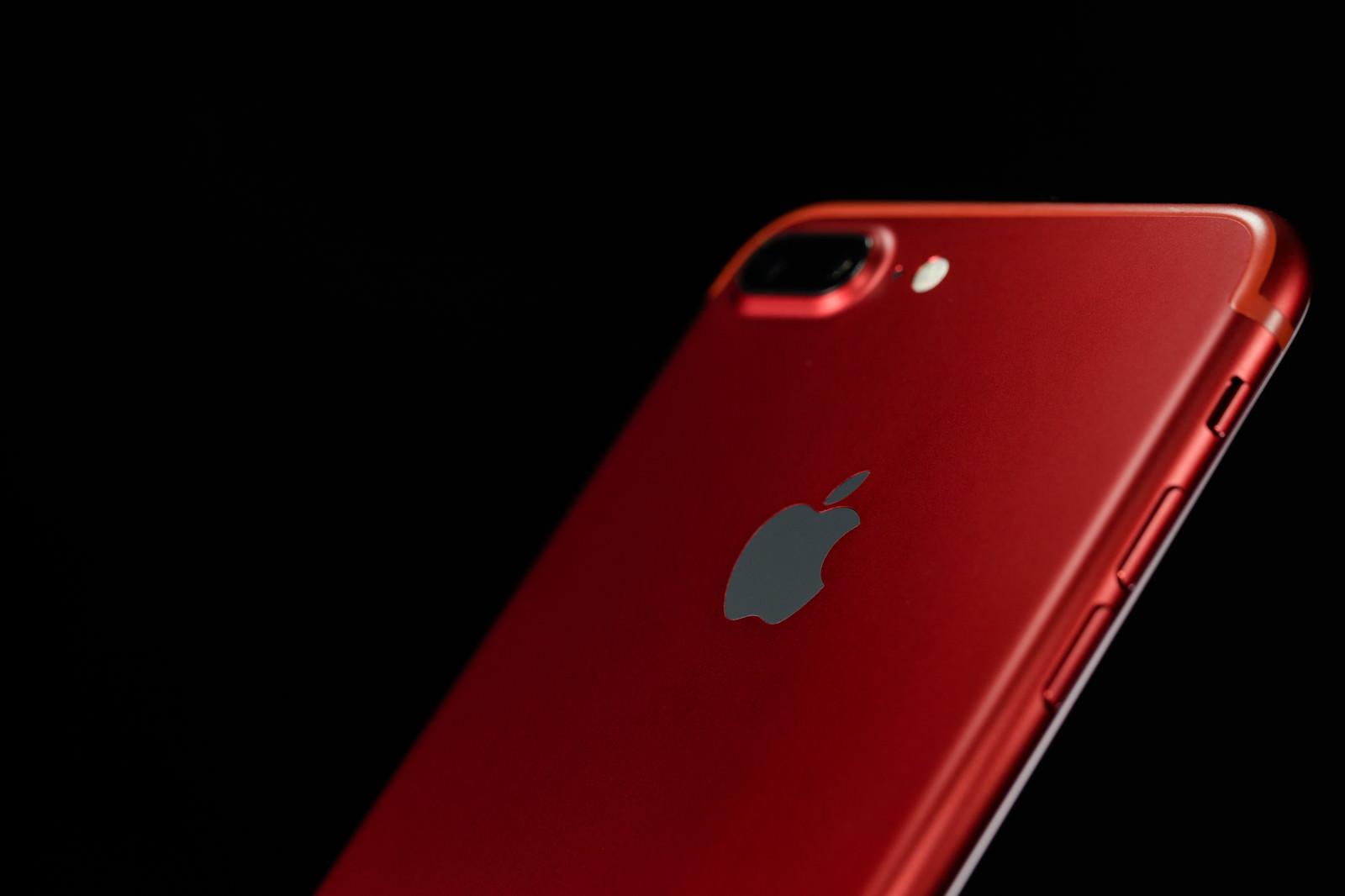 「真っ赤なボディのスマートフォン」の写真