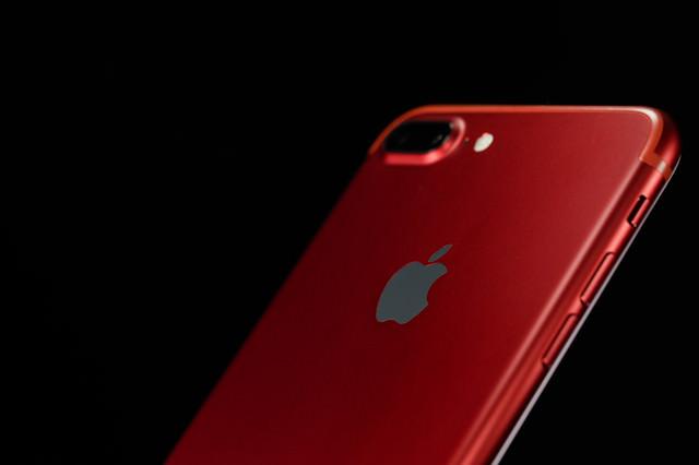 真っ赤なボディのスマートフォンの写真