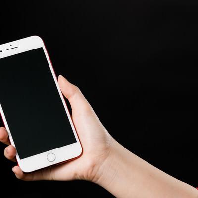 「スマートフォンを持った女性の手」の写真素材