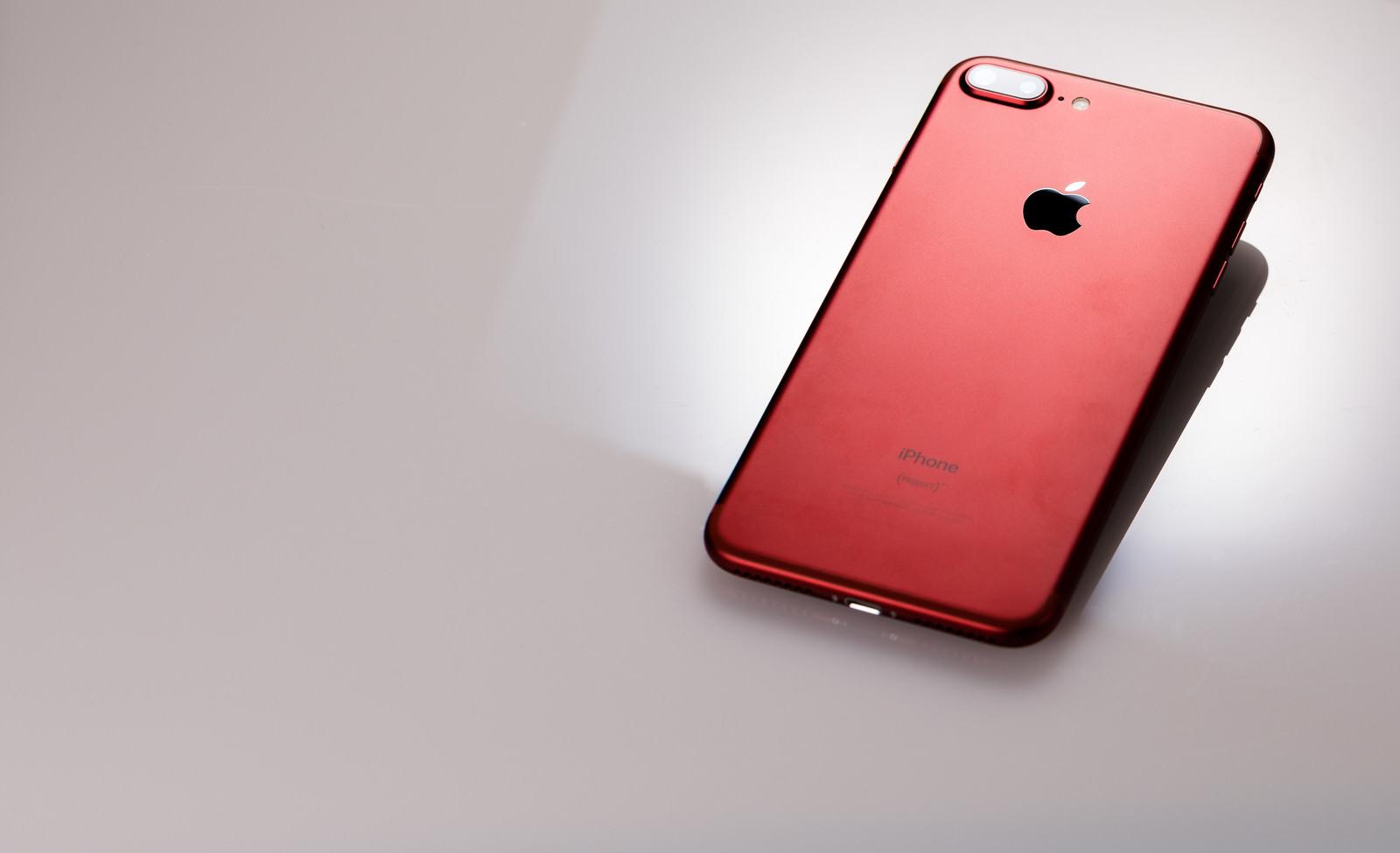 「赤いスマートフォン赤いスマートフォン」のフリー写真素材を拡大