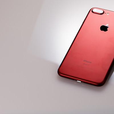 「赤いスマートフォン」の写真素材