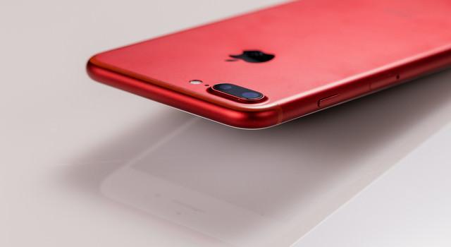 赤いボディのスマートフォンの写真