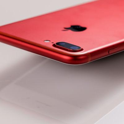 「赤いボディのスマートフォン」の写真素材