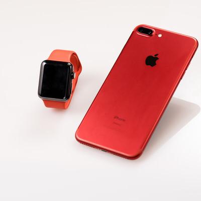 「赤いスマートフォンとスマートウォッチ」の写真素材