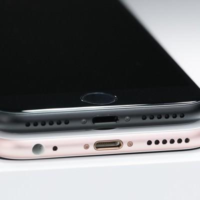 スマートフォンのステレオスピーカーの比較のフリー素材